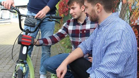 Die Friedberger Masterstudenten Zuhret Bajrami und Julien Ulm (von links) rüsten einen Tretroller nach