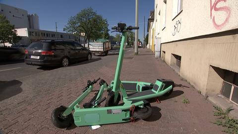 Wild auf einem Gehweg abgestellte E-Scooter in Frankfurt