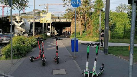 Wild auf einem Rad- und Gehweg abgestellte E-Scooter in Frankfurt