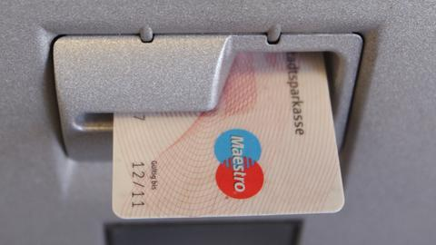 EC-Karte in einem Geldautomaten
