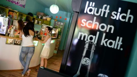 Blick auf die Theke in Frankfurts erstem veganen Café Edelkiosk