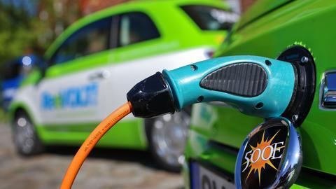 Ein Elektroauto wird aufegeladen und hängt am Strom.