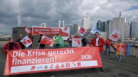 DGB demonstriert auf Hochhaus