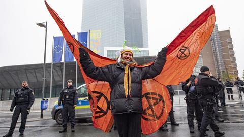 """Diese Demonstrantin von """"Extinct Rebellion"""" hat sich als Schmetterling verkleidet."""