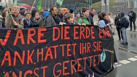 Friedlicher Protestzug vor der EZB-Zentrale in Frankfurt.