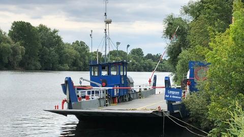 Am Ufer wartet die Mainfähre nun auf Sachverständige, die die Unfallursache herausfinden sollen.