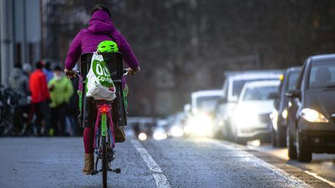 Fahrradfahrerin auf der Friedensbrücke in Frankfurt