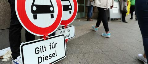 """Verbotsschilder mit dem Zusatz: """"Gilt für Diesel"""""""