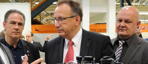 Falko Rudolph (M.) 2012 im Volkswagen-Werk Salzgitter