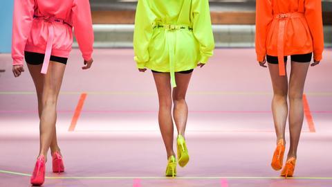 Models in Neon-Kleidern