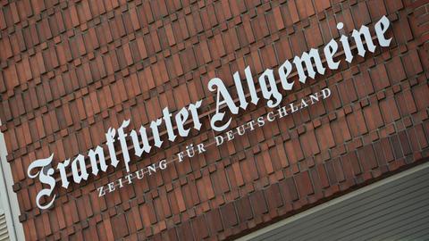 """Schriftzug """"Frankfurter Allgemeine - Zeitung für Deutschland"""" an der Fassade des Redaktionsgebäudes in Frankfurt"""