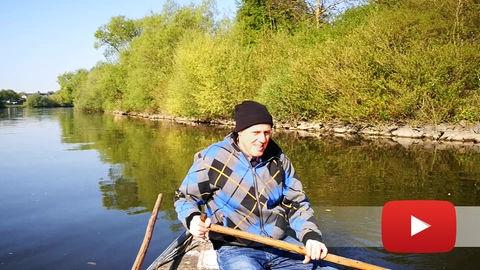 Fischer Burkard in seinem Boot auf dem Main