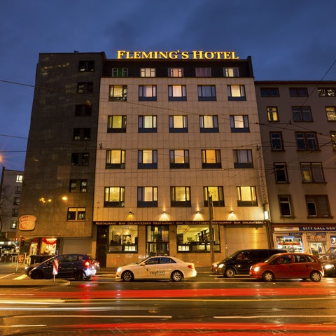 Fleming's Hotel Frankfurt-Messe am Abend