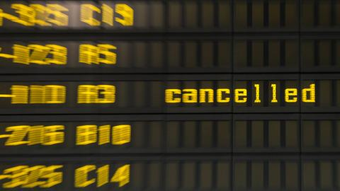 Anzeigentafel am Flughafen - gelbe Buchstaben - dahinter: cancelled