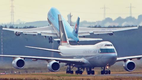 Ein startendes und ein landendes Flugzeug am Frankfurter Flughafen.