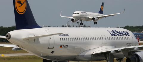 Flugzeug bei der Landung am Flughafen Frankfurt