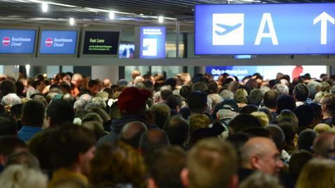 Passagiere vor der Sicherheitskontrolle am Frankfurter Flughafen