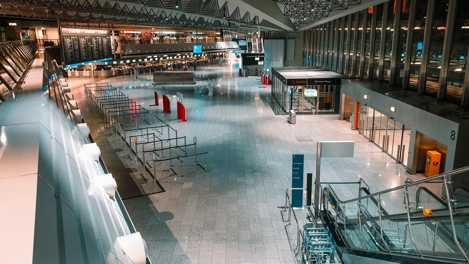 Blick ins menschenleere Terminal 1 am Frankfurter Flughafen