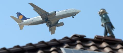 Passagierflugzeug über den Dächern von Flörsheim