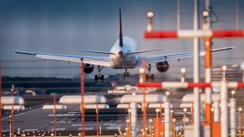 Eine Maschine landet in Frankfurt auf der Landebahn Nordwest.