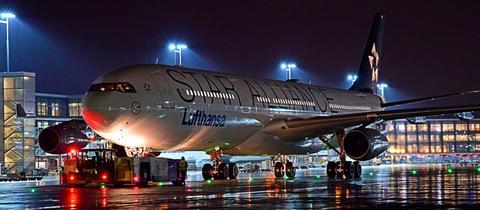 Flugzeug auf dem Vorfeld des Frankfurter Flughafens