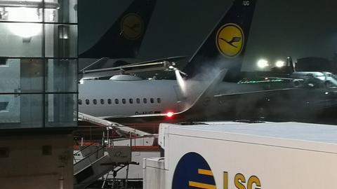 Die Flugzeuge am Frankfurter Flughafen werden enteist.