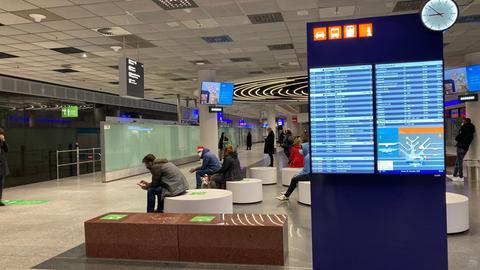 Angehörige warten am Flughafen Frankfurt auf Passagiere vom vorerst letzten Flug aus London-Heathrow