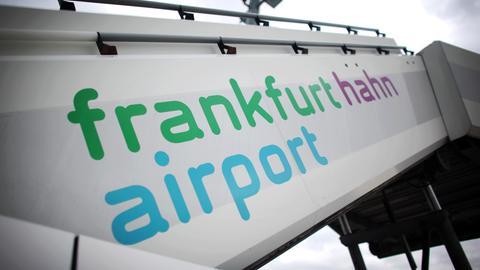 Eine Flugzeugtreppe steht auf dem Flughafen Frankfurt-Hahn im Hunsrück.