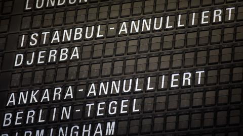 Abflugtafel am Frankfurter Flughafen.