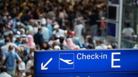 Viele Menschen in der Abflughalle am Frankfurter Flughafen