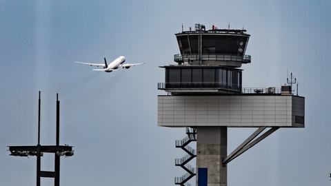 Startendes Flugzeug am Frankfurter Flughafen