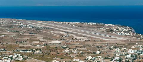 Blick über den Flughafen auf der griechischen Insel Santorini
