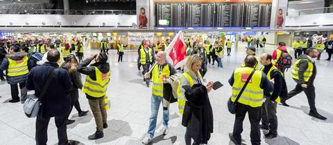 Streikende Verdi-Mitglieder im Terminal