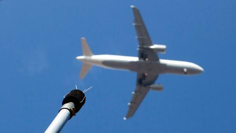 Lärmmessgerät und Flugzeug im Anflug