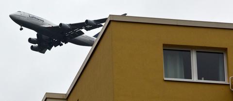 Ein Jumbo-Jet fliegt in Neu-Isenburg kurz vor der Landung auf dem Frankfurter Flughafen über ein Wohnhaus.