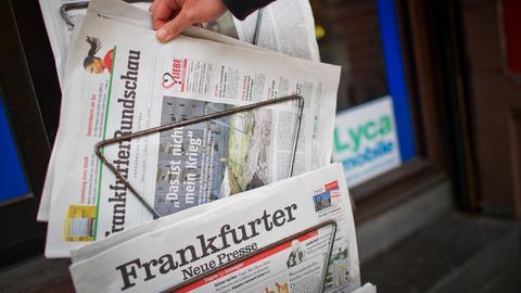Zeitungsständer mit Zeitungstiteln: FAZ, Frankfurter Rundschau, FNP
