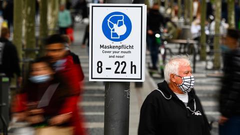 Ein Schild erinnert an die Maskenpflicht auf der Frankfurter Zeil.