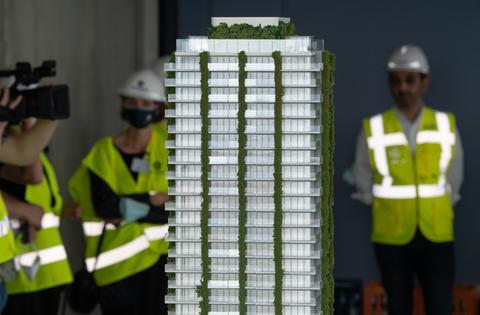 """Modell des """"Eden""""-Towers mit seiner begrünten Fassade."""