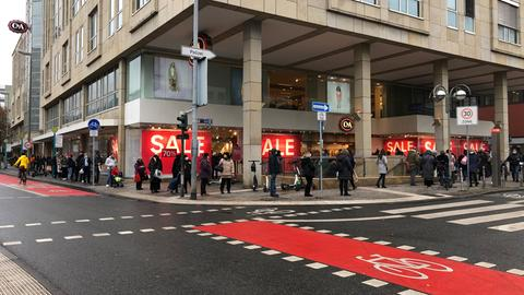 Lange Schlange vor der C&A-Filiale auf der Zeil in Frankfurt
