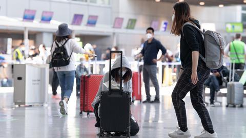 Passagiere laufen durch das wieder geöffnete Terminal 2 des Flughafens.