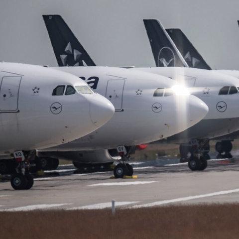 Ein Bild aus dem Juni: Passagiermaschinen stehen auf der stillgelegten Landebahn