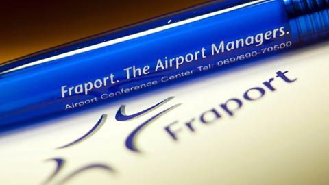Fraport-Logo und Stift mit Fraport-Aufschrift