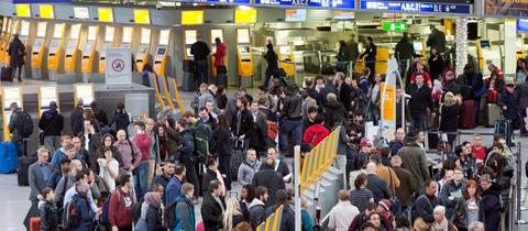 Fraport Flughafen Frankfurt Passagiere Andrang Schalter