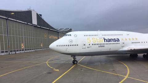 Lufthansa-Jumbo mit Fünf-Sterne-Lackierung am Frankfurter Flughafen