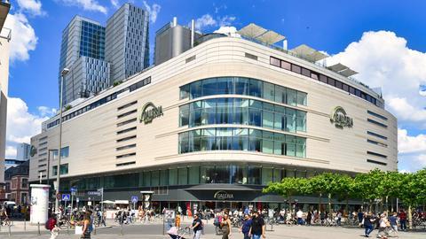 Außenaufnahme des Galeria Kaufhof-Gebäudes an der Frankfurter Hauptwache bei sonnigem Wetter
