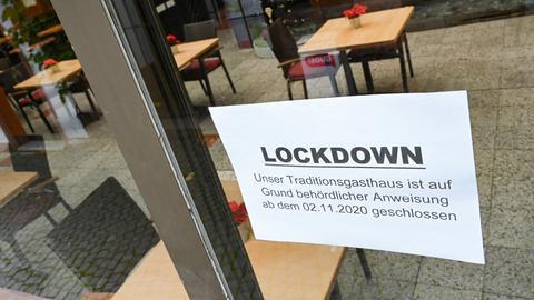 """Ein Zettel, der am Fenster des Restaurants Lindenwirt in der berühmten Rüdesheimer Drosselgasse angebracht ist, hat die Aufschrift """"Lockdown. Unser Traditionsgasthaus ist auf Grund behördlicher Anweisung ab dem 02.11.2020 geschlossen""""."""