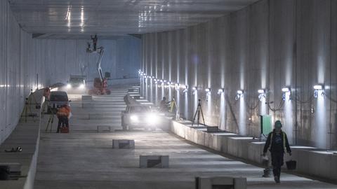 Letzte Arbeiten an der Betonverschalung des Rohbaus im Tunnel der S-Bahn-Anbindung Gateway Gardens.