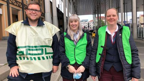 Drei Streikende beim GDL Streik vor dem ICE Bahnhof Wilhelmshöhe