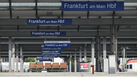 Ein leerer Bahnsteig mit leeren Bänken am Frankfurter Hauptbahnhof