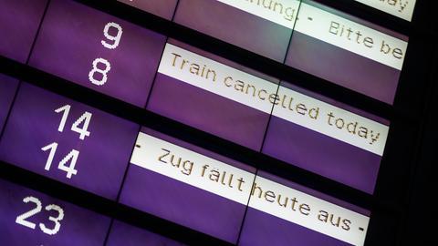 """Auf einer Anzeigetafel der Bahn stehen Hinweise zu den Zugverbindungen wie """"Zug fällt heute aus"""""""